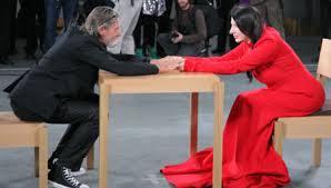 Lors d'une performance artistique, elle reste impassible face à tous… jusqu'à ce qu'il arrive.