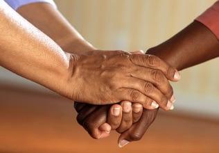 Prendre la main de quelqu'un qui souffre, un geste spontané qui fait du bien