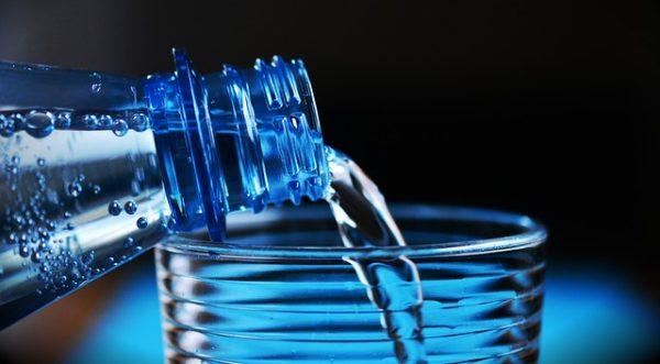 L'eau en bouteille de nombreuses grandes marques contaminée par des particules de plastique