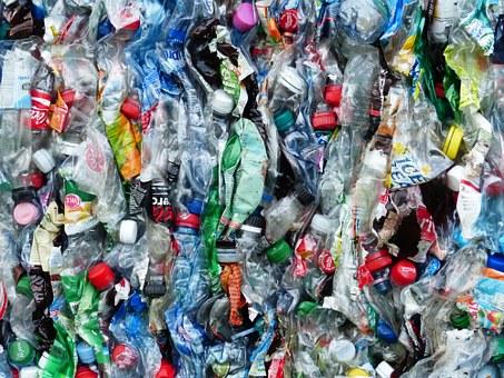 Nous vidons la mer pour la remplir de plastique.