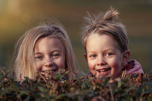 Laisser jouer les enfants librement dehors est bon pour leur santé