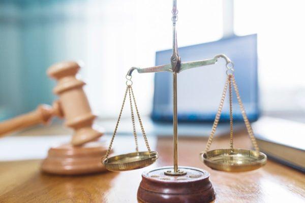 Les plaintes affluent devant les tribunaux contre les responsables politiques