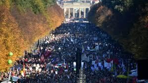 Manifestation historique à Berlin contre le masque et les limitations de liberté
