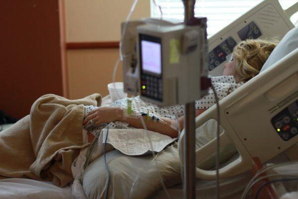 """Deuxième vague de Covid-19 : à l'hôpital Bichat, on s'attend à voir la """"foudre"""" tomber"""