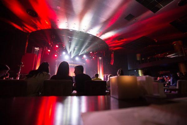 Le Sénat vote pour la réouverture des bars et des discothèques et provoque la colère d'Olivier Véran