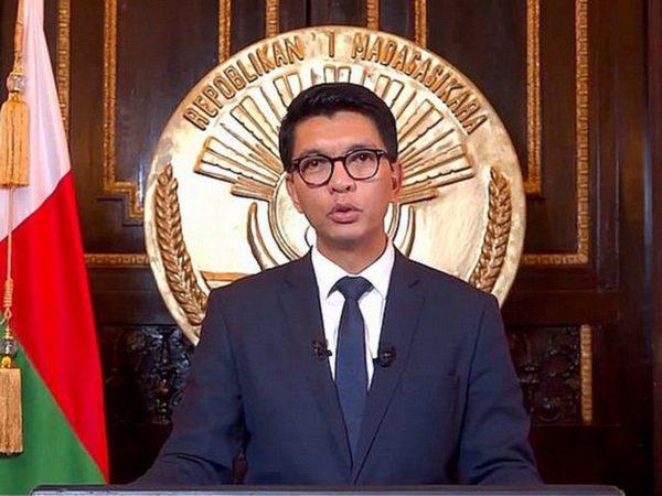 Le président de Madagascar dénonce : « L'OMS m'a offert 20 millions de dollars pour mettre des toxinesdans mon remède Covid-19 »